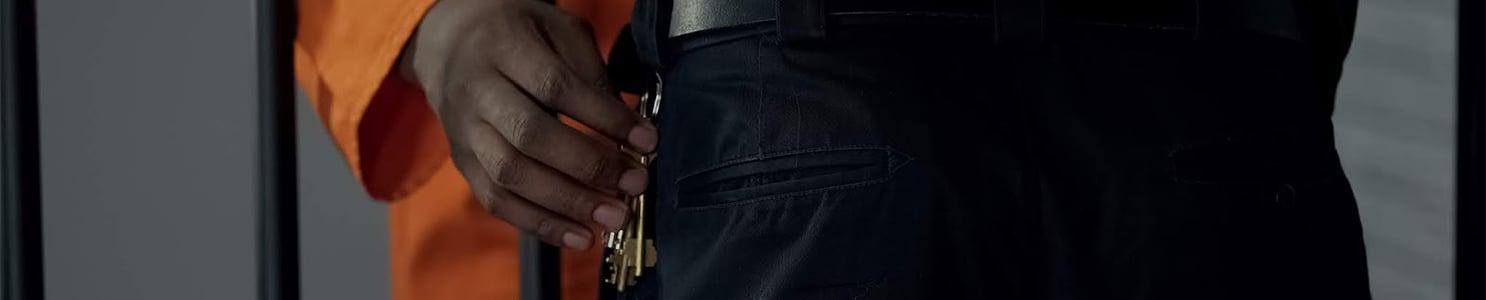 Prisoner stealing keys from security guard [1167840336]-2